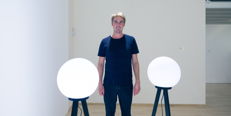 Juha van 't Zelfde: shedding light on contemporary art