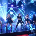 "O Fifth Harmony abriu o tapete vermelho apresentando a música ""Work It"""