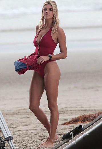 """Kelly Rohrbach quer modernizar o papel de C.J Parker no remake de """"SOS Malibu"""" - clica pra ver mais!"""
