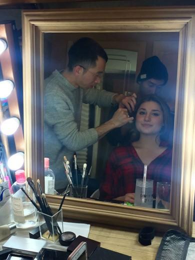 Sasha se preparando - a beleza da campanha é assinada por Hisano Komine