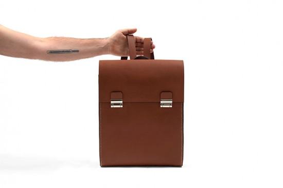 Quem começa, acaba: as bolsas da Rivetto são feitas por um único artesão, que prima por todos os mínimos detalhes na modelagem e acabamento do couro. A mochila da foto custa R$ 1.180, boa opção pros mais práticos. Clica pra conferir mais!