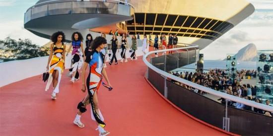"""A Louis Vuitton aterrissou no Brasil, mais especificamente no MAC de Niterói, pra apresentar <a href=""""http://www.lilianpacce.com.br/desfile/louis-vuitton-pre-primavera-verao-2017-2/"""">uma linda coleção de pré primavera-verão 2017</a>. Vem ver mais da nossa lista de melhores do ano, clica aqui!"""