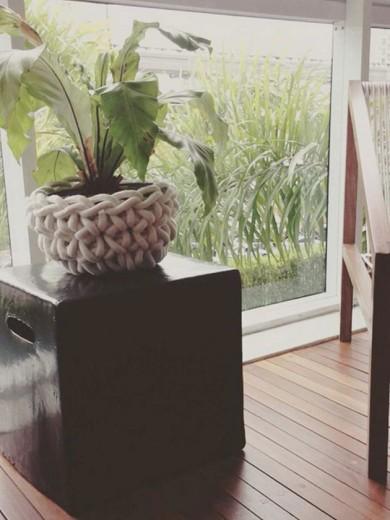 Cachepot pra suas plantinhas também pode ser feito à mão: olha só esse da Oferenda Objetos, à venda na Galeria Nacional! Custa R$ 389 - pra ver mais, é só clicar na foto