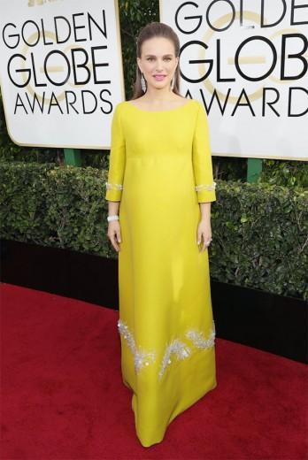 Olha que interessante: Natalie Portman de Prada com carinha vintage, algo que... Jackie O, a personagem pela qual concorre a um prêmio, usaria! Né? Vem ver mais do tapete vermelho