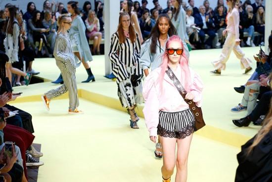 Fila final do desfile de primavera-verão 2017 da Marques' Almeida. Está preparado pra Semana de Moda de Londres?