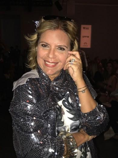 Astrid Fontenelle fala sobre moda pra mulheres mais maduras na fila A da Tig - que tal o look cheio de brilho? É da marca: ela é superfã da Tig!