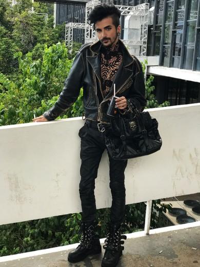 Brendon Magno veste jaqueta vintage da Zoomp, calça da Cavalera, sapato Vilela, bolsa da Galeria do Rock e a parte de renda por baixo da jaqueta é da Corbu, sua marca. Clica pra ver todos!
