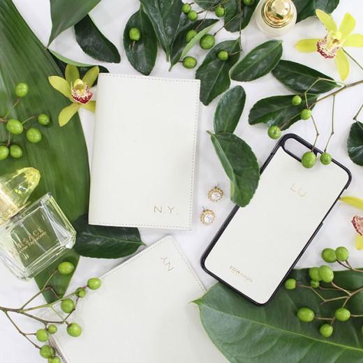 A Edwards faz acessórios em couro personalizados - que tal colocar suas iniciais no seu porta-passaporte, carteira ou capinha de celular? Clica pra ver mais!