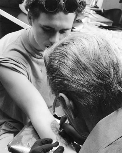 Brooklyn Beckham arrasando na tattoo - ele está em Los Angeles com a família