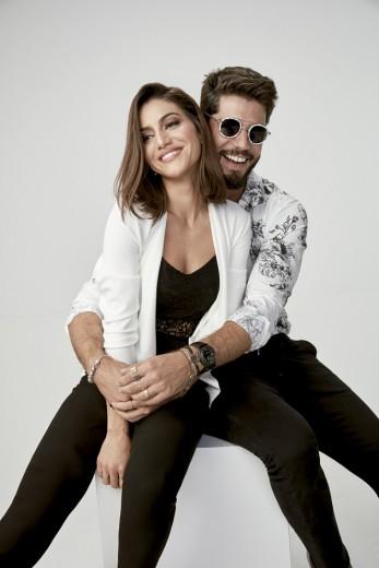 Vem ver as peças da parceria da Camila Coelho e Kadu Dantas com a Riachuelo! Ela de blazer branco (R$ 199,90) e ele de camisa florida (R$ 129,90)