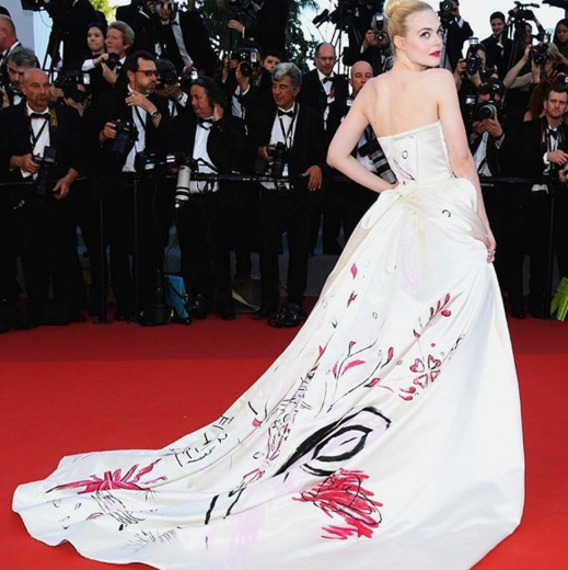 Elle Fanning de Vivienne Westwood. O vestido tem um unicórnio desenhado. Clica na galeria para conferir os looks das celebs!