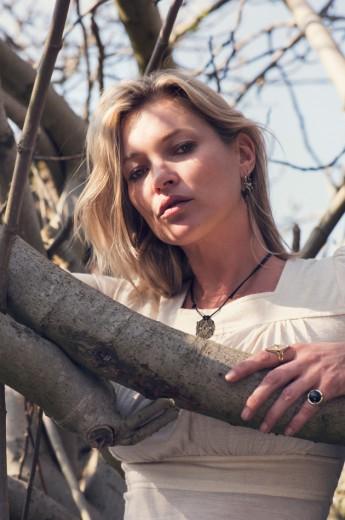 Olha que linda a Kate Moss na campanha da sua parceria com Ara Vartanian!