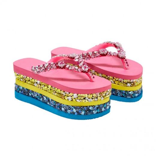 """Olha a sandália da Havaianas que Mary Katrantzou customizou em prol da """"Women for Women Internacional"""" - bem extravagante!"""