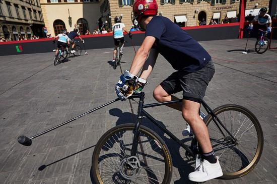 Christian Louboutin montou um torneio de bike polo pra apresentar o novo modelo de tênis, Aurelien, em Florença
