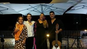 Fran y grupo con cantante y flamingo