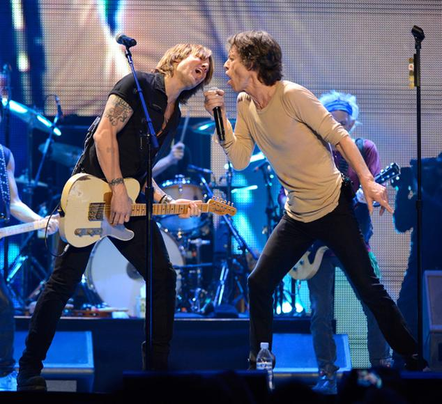Country star Keith Urban sharing a mic with Mick
