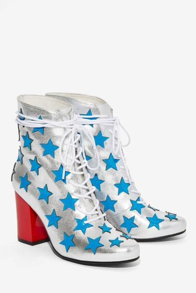 Miley Cyrus-inspired boots: Rock out like a true pop star with this shimmering set of kicks!