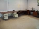 Lot: 117 - (3) Desks & (2) Chairs