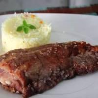 Costelinha de Porco no Mel e Sal Grosso.