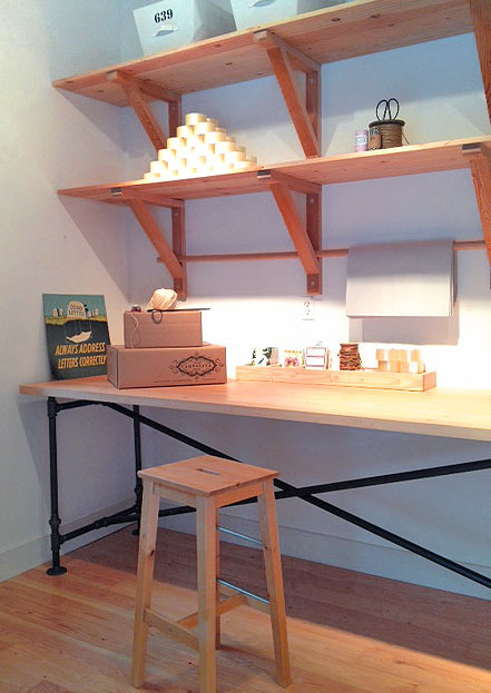 Weekend project make a diy industrial plumbing pipe table for Plumbing pipe desk plans