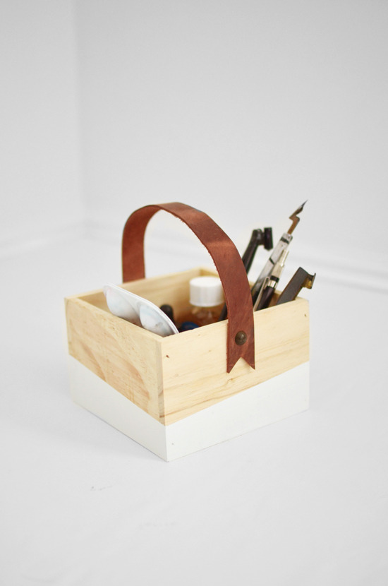 Via: Whimsey Box [http://blog.whimseybox.com/diy-leather-handle-box]
