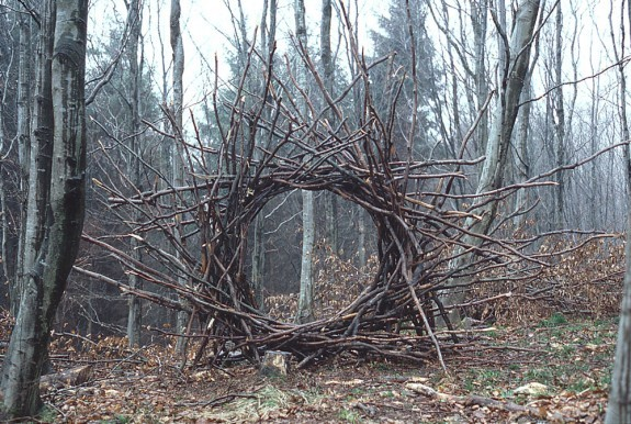 Andy-goldwworthy-woven-branch-circular-arch-dumfrieshire-1986-575x386_large