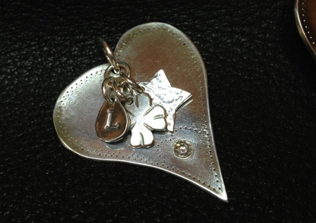 mRCsenDzQYO0hDDf0vvQ_Customized-heart-pendant-via-CustomMade.jpg