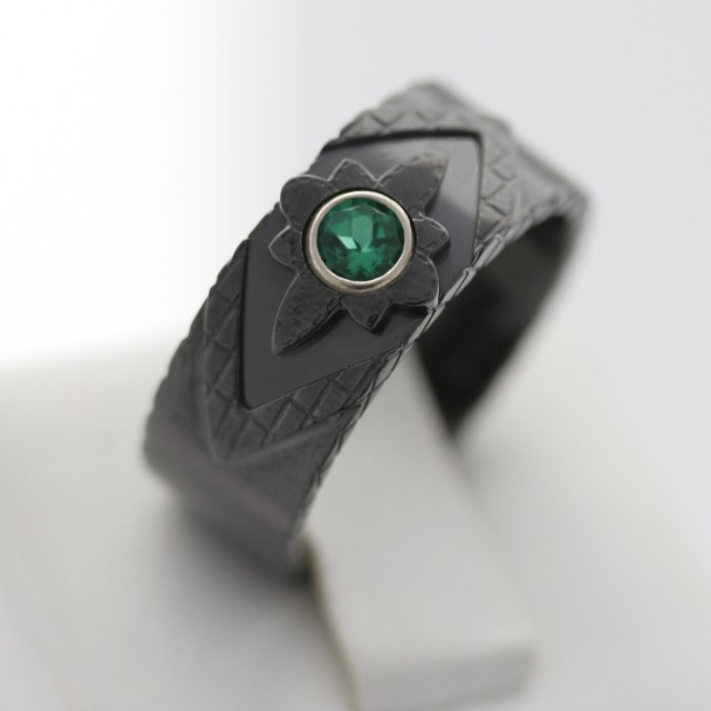 toxWUI0yQdi6hMStu8WP_Black%20zirconium%20and%20emerald%20CustomMade%20ring.jpg