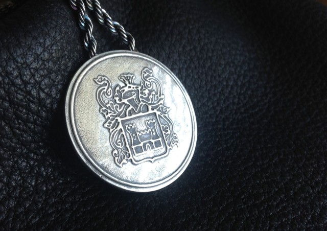 uiced9hITKnb9xLxpFwo_Custom-engraved-pendant-via-CustomMade.jpg