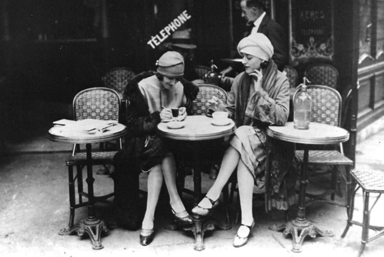 Paris-cafe-women-girls-dining-coffee-lunch