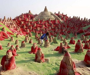 500-santa-clauses-sculpted-into-the-sand-in-india-m