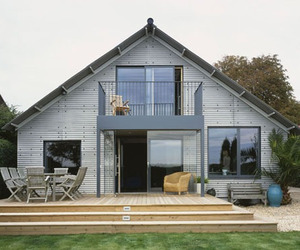 A-house-facing-the-sea-m