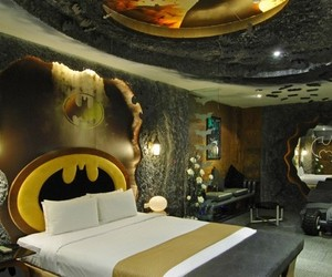 Batman-inspired-room-in-eden-motel-m
