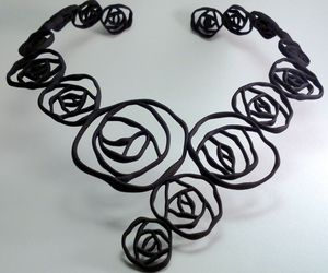 Black-rose-necklace-m