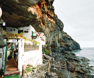Cave-dwelling-on-the-canary-island-of-tenerife-m