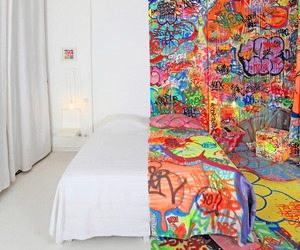 French-artist-covers-half-of-a-hotel-room-in-graffiti-m