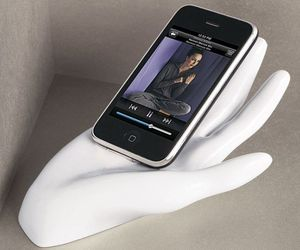 GimmePower hand-shaped charger for your iPhone/iPad
