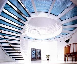 Glass-panel-staircase-and-walkway-from-circle-redmont-m
