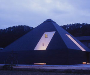 House-in-toyama-black-pyramid-325-m