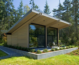 House-reflecting-the-surrounding-environment-in-washington-m