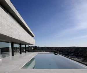 Impressive-concrete-house-in-madrid-by-iaqui-carnicero-m