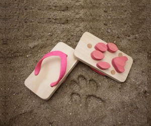 Japanese-wooden-sandals-with-sweet-footprints-m