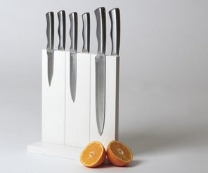 Keep-your-knives-organized-with-magnetic-knife-holder-m