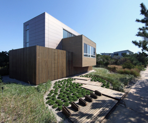 Modernist Design of Beach Walk House