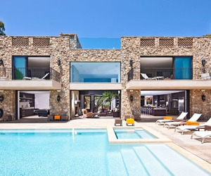 Nestled-on-the-bluffs-of-malibu-beach-m