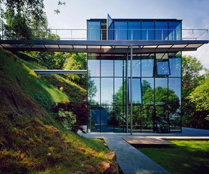 Off-the-grid-green-house-with-glass-facade-m