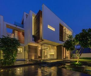 Overhang House by DADA Partners