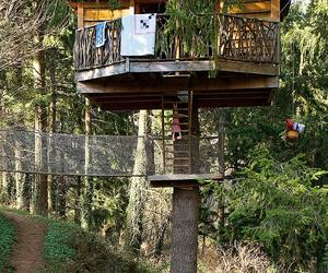 Playful-treehouse-refuge-in-spain-m