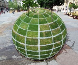 Qui-croire-a-grass-globe-optical-illusion-m