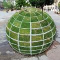 Qui-croire-a-grass-globe-optical-illusion-s